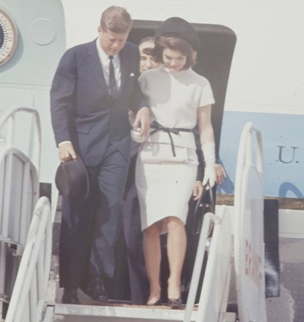 1963. 21 Novembre. Par Art RICKERBY. Jack et Jackie. San Antonio International Airport (recadrage)