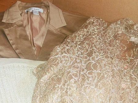 ZENTILO BOX : Ventilo / Zara    Idéale pour une occasion professionnelle, tel un salon, la box Zentilo contient :  – 1 chemise à dentelles & strass Ventilo Voir – 1 jupe plissée dorée Zara Voir – 1 veste beige Zara Voir  La Zentilo convient à une taille L ou 42 /44