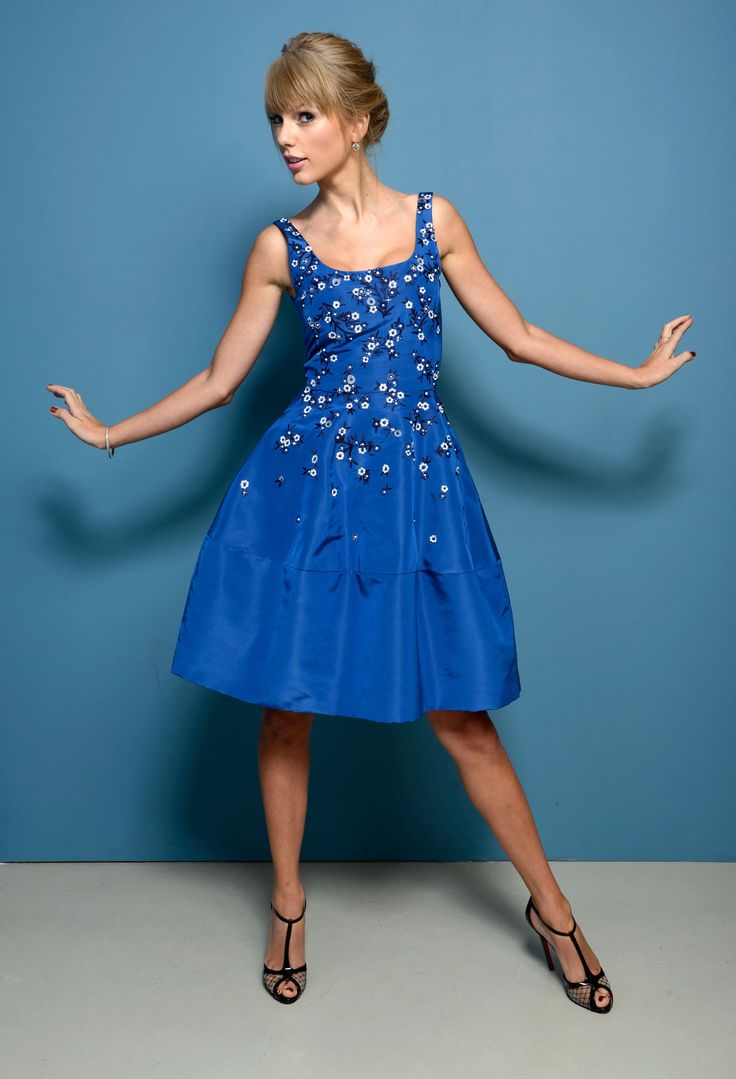 Lo lo lord and taylor party dresses - Taylor Swift One Chance Portraits At Tiff Photo Taylor Swift Is Beautiful In Blue At The Guess Portrait Studio During The 2013 Toronto International Film
