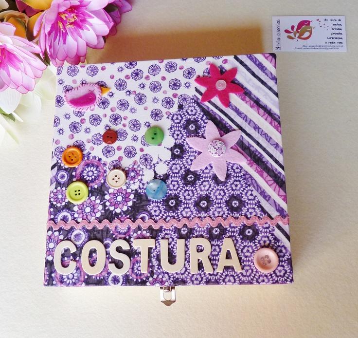 Caixa de costura com tampo forrado a tecido e decorada com botões e feltro.