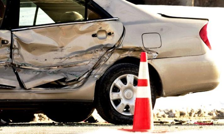 #TipsViales ¿Cómo comportarte ante un accidente de tránsito? Ante un accidente, lo primero que debemos hacer es situar nuestro vehículo en un lugar seguro y con las luces de emergencia. Colocar rápido los triángulos reflectantes. Llama a las autoridades al tiempo que verificas el estado de los vehículos accidentados y las personas involucradas. Trata de detectar posibles derrames de gasolina o aceite, si los hay aléjate. Sí puedes socorrer a los involucrados, ayúdalos a alejarse contigo.