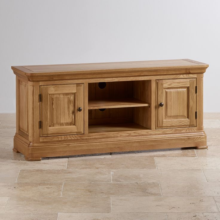 Large solid oak TV unit in a gorgeous natural oak finish. Plenty of storage with shelving and cupboards. Free delivery.