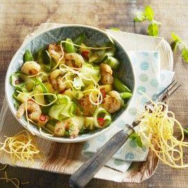 Salade van ananas en gamba's met gefrituurde eiermie