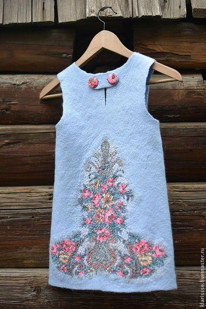 голубое платье для девочки, детское платье, застежка на пуговицы, обтяжные пуговицы, пуговицы с цветами
