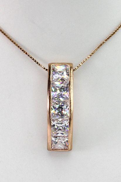 Simpel halskæde gør sig godt til mange forskellige arragementer.  Se flere smykker på veny.dk