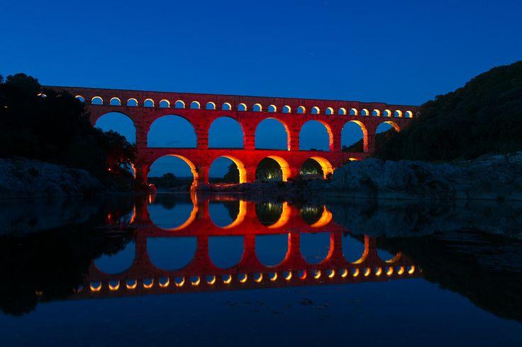 Le Pont du Gard est un vestige du célèbre aqueduc romain qui fut érigé sous l'Empereur Claude autour de 50 après J.C. L'aqueduc a été construit pour répondre à l'expansion urbaine de Nîmes (Nemausus), ville importante de la province, et à ses besoins en eau. Visitez notre site http://weekandsud.fr et découvrez le !