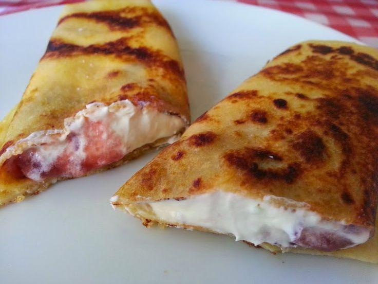 Crepes rellenos de mascarpone, mermelada y lima. http://lacocinadepedroyyolanda.blogspot.com.es/2015/03/crepes-rellenos-mascarpone-mermelada-lima-facil.html