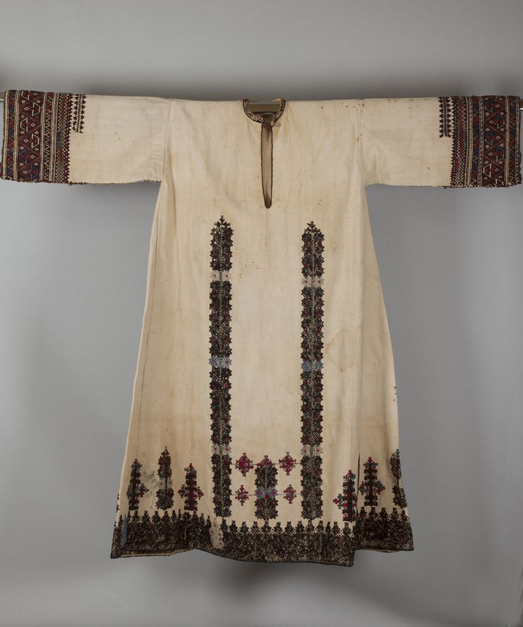 """«Κολονάτο», πουκάμισο υπόλευκο βαμβακερό, με μακριά μανίκια (Υ. 1,25 μ.). Στυμφαλία Κορινθίας, Πελοπόννησος, τέλη 19ου αιώνα. Συλλογή Πελοποννησιακού Λαογραφικού Ιδρύματος, Ναύπλιο. """"Kolonáto"""", a long-sleeved chemise of off-white cotton (H. 1.25 m.). Stymfalia, Corinthia, Peloponnese, late 19th century.  Peloponnesian Folklore Foundation Collection, Nafplion"""