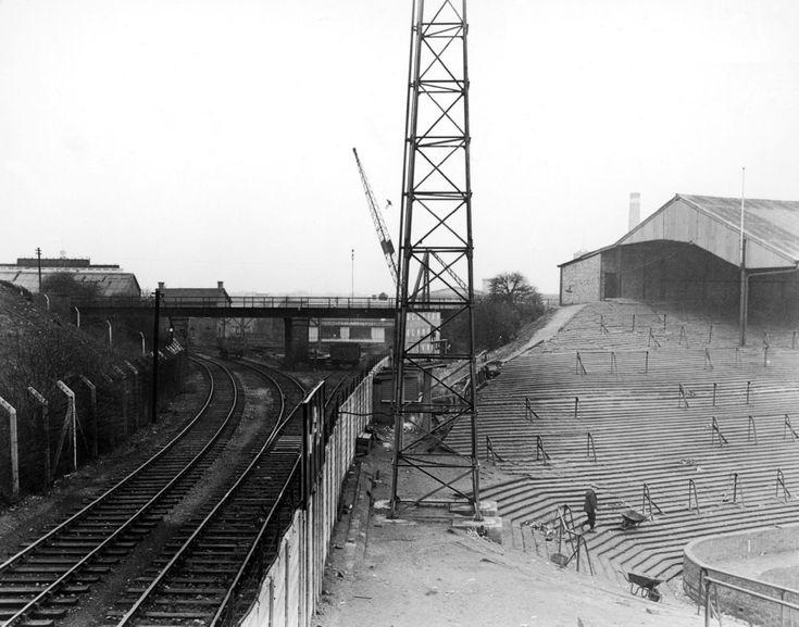 Železniční koleje vedly hned vedle rohového praporku stadionu The Den, který patří londýnskému Millwallu. Rok 1955