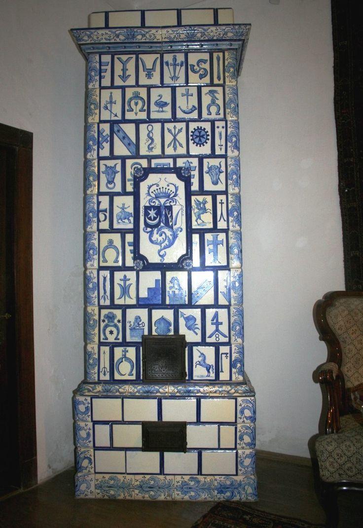 Wykonany w założonej w 1881 roku przez księcia Michała Radziwiłła Fabryce Majoliki w Nieborowie. Pochodzi ze zniszczonego dworu w Krzyszkowicach (gmina Myślenice), został zrekonstruowany w roku 1977. Obecnie znajduje się w Muzeum Regionalne Dom Grecki w Myślenicach