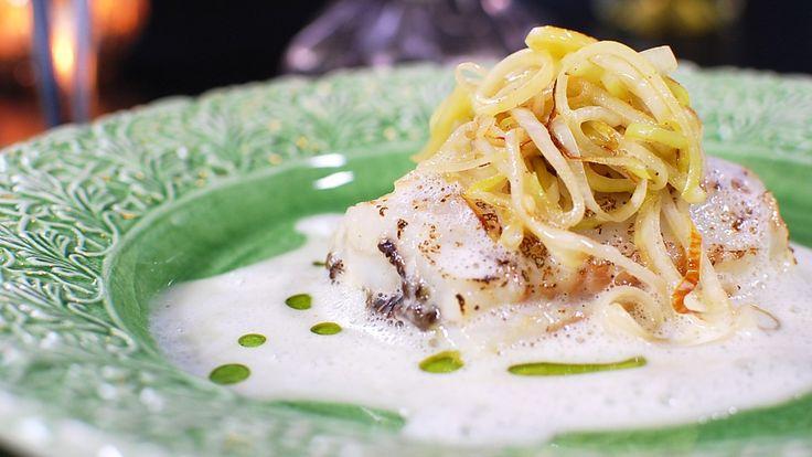 Fisk med mange, små bein kan du også lage festmat av. Paul Svensson bruker gjedde i sin oppskrift på bakt fisk med fiskefarse, purre og smørsaus.