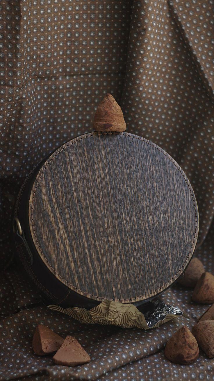 Сумка Материалы: дерево (дуб), натуральная кожа, стёганая хлопковая подкладка (тик), металлическая фурнитура. Размер: диаметр 18 см Ручная прошивка