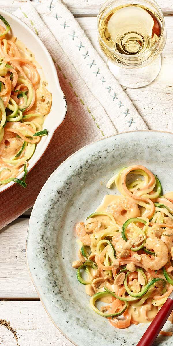 Die Gemüsespaghetti aus Möhren und Zucchini mit Garnelen werden dich begeistern! Mit einer tollen Kräuterrahm-Sauce wird dieses Low Carb-Rezept verfeinert. Gehackte Erdnüsse geben den Spaghetti das i-Tüpfelchen auf die Teller. Guten Appetit.