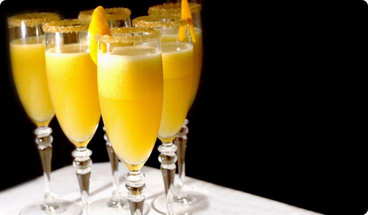 Ingredientes: 500gr de champán seco o 500gr de cava brut 250gr de naranja pelada y congelada 100gr de licor de naranja Preparación: 1.- Verter en el vaso solo 100gr de champán, el licor de naranja (si no tienes poner 50gr de azúcar) y la naranja congelada. Triturar 10 segundos, velocidad 5. 2.- En las copas servir: 2/3 de champán y 1/3 de la mezcla preparada.