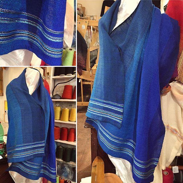 ...e oggi è uscita una stola very elegant 😄  #wool #lana #blue #blu #handwoven #tessutoamano #elegante #elegant