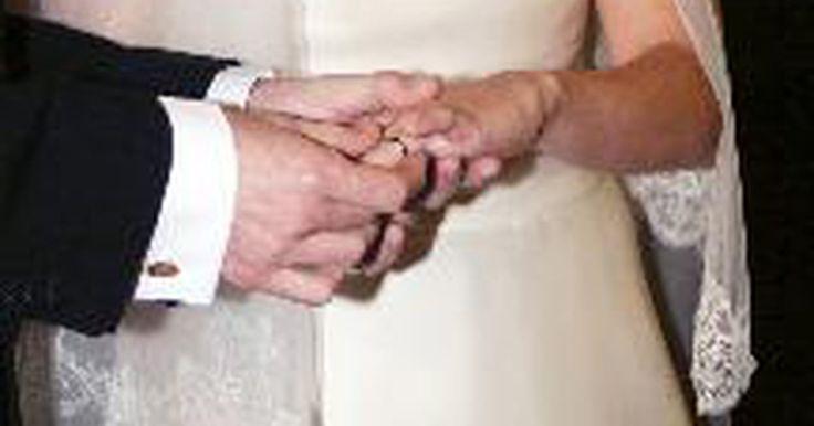 ¿Cuál es el significado de un acuerdo prenupcial?. Los acuerdos prenupciales son contratos entre dos personas a punto de casarse. El contrato protege los activos de una o ambas partes. Si bien los acuerdos prenupciales son comunes en los ricos, los contratos se pueden crear para cualquier persona que tiene activos y siente la necesidad de protegerlos en caso de divorcio o la muerte. Tener un ...