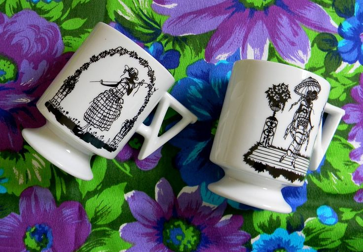 Set of Two Midcentury Mugs with 1920s Women Silhouettes de SweetShopVintage en Etsy https://www.etsy.com/es/listing/193270065/set-of-two-midcentury-mugs-with-1920s