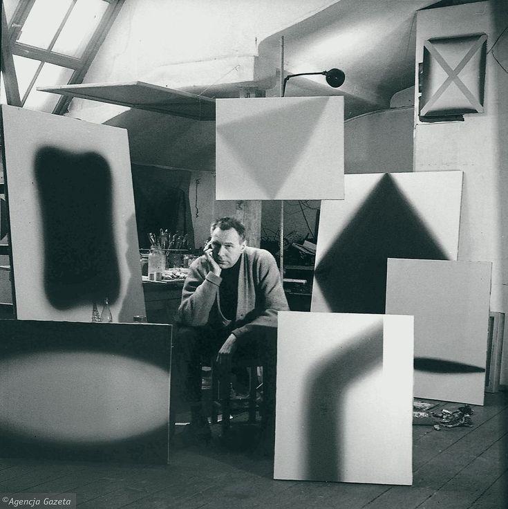 Artysta Wojciech Fangor w swojej pracowni. Warszawa, 1959 r. Tadeusz Rolke