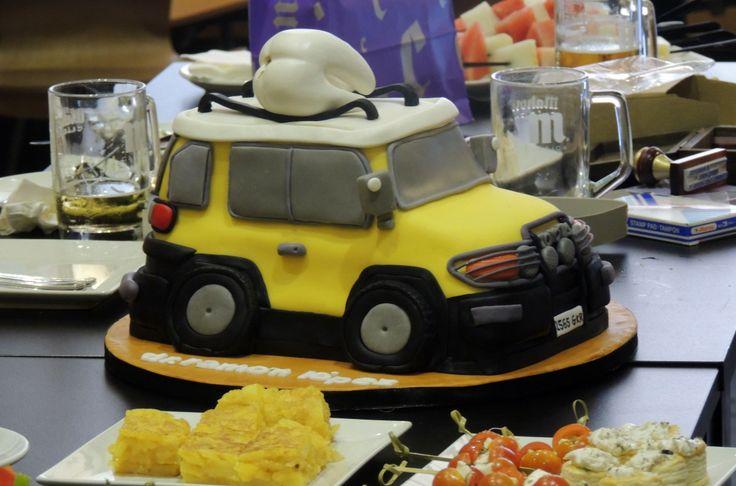 Otro cumple con final feliz celebrado en El Cafetín. En esta ocasión la tarta dejó a todos con los ojos como platos, sobre todo al homenajeado. :)