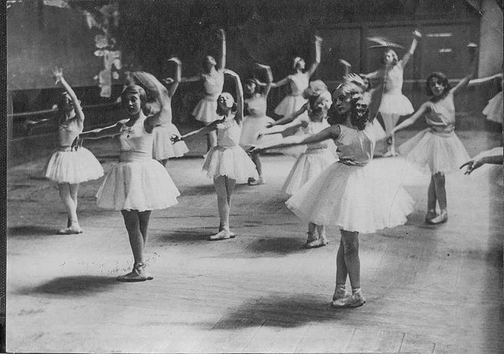 Vintage Ballet class (via Miss Moss)