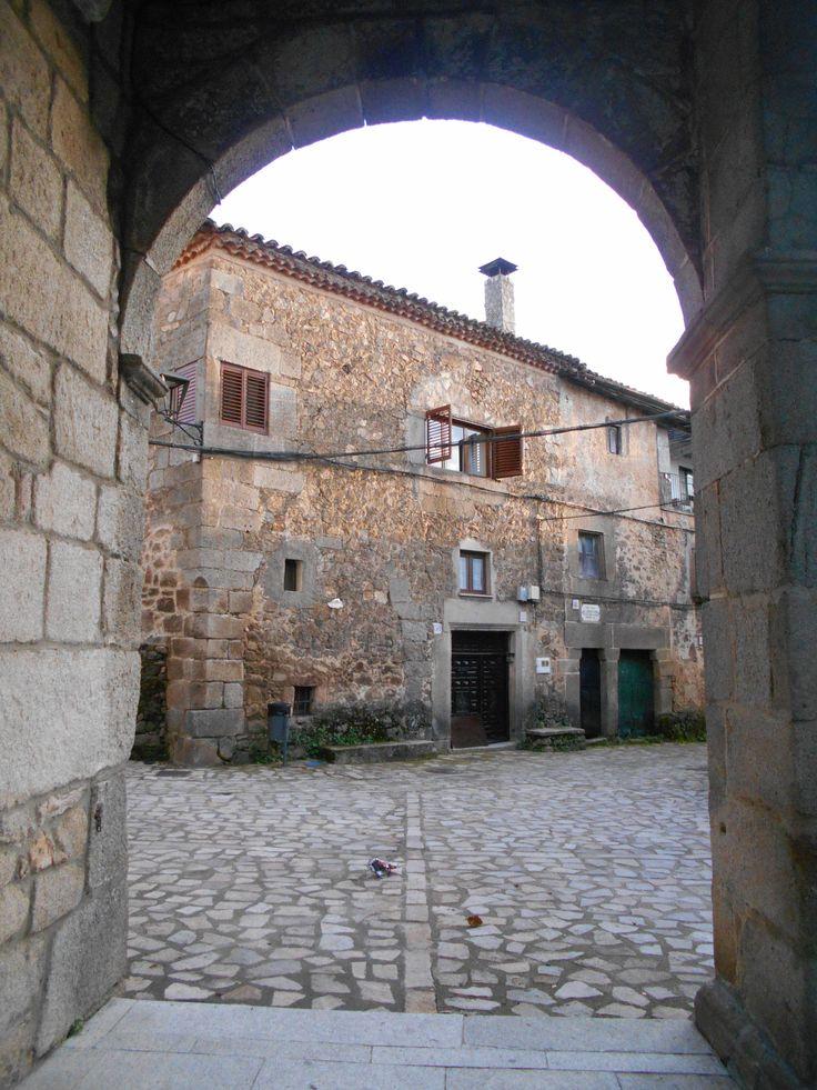Edificio de la plaza de la iglesia desde un arco de esta.