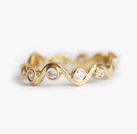 目の覚めるようなダイヤモンドリング。自分用はもちろん、大切な人へのプレゼント、または特別なウェディングバンドとしてもぴったりです。商品の詳細:・ ダイヤモンド 全カラット0.28、明度VS、色度G・ 18kソリッドゴールド写真のリングは、イエローゴールドですが、ローズゴールド、ホワイトゴールドでも作製できます。ローズゴールドの場合、お値段は158400円になります。希望の方は、購入前にご連絡ください。━━━━━━━━━━━━━━━━━━━━━━━━━━━━━━━━━━━━━━゚・*☆ご質問があれば、遠慮なくお問い合わせください☆*・゚━━━━━━━━━━━━━━━━━━━━━━━━━━━━━━━━━━━━━━商品は受注製作となっておりますのでお支払い後に作製を開始します。製作には10~14日営業日いただいております。ご理解の程よろしくお願いします。スロベニアから世界中へ発送しておりますので、海外にお住まいの方でも安心して注文できます。