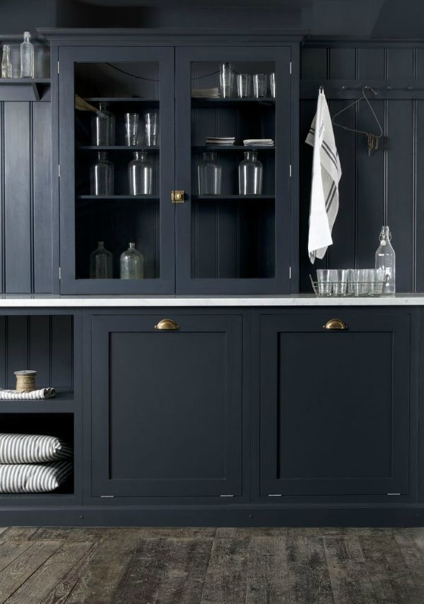 Black paint gives a traditional farmhouse pantry/kitchen a minimalist modern look