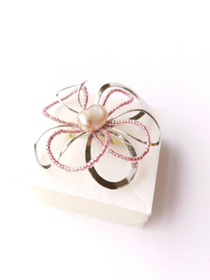 """Prsten+Nr.132+""""Květ+s+růžovou+perlou""""+Autorský+šperk.Originál,+který+existuje+pouze+vjednom+jediném+exempláři+z+kolekce+""""Variací+na+květy"""".Vyniká+svou+lehkostí,+jedinečným+výrazem,+kouzelným+prostorovým+tvarem+a+krásou+pravé+říční+perly+s+růžovým+nádechem.+Prostorový+tvar+vždy+vypadá+velmi+lehce,+vzdušně,+zajímavě+a+na+ruce,+která+je+v+pohybu+jakoby..."""
