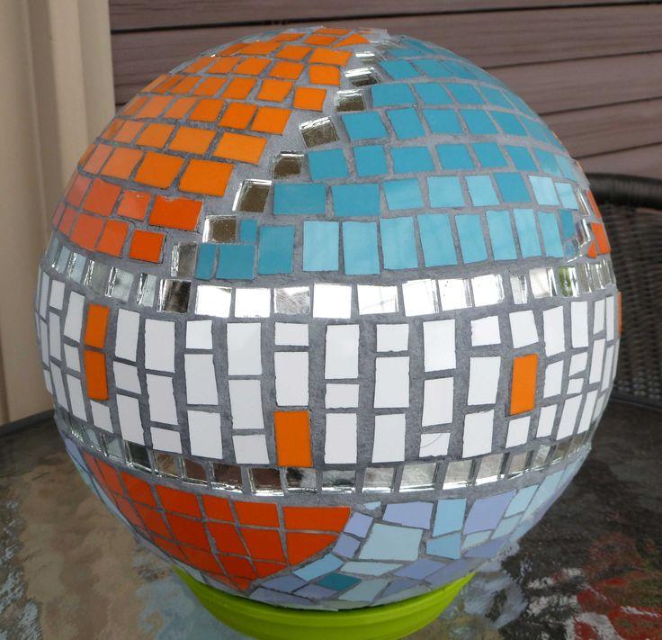 Esfera en mosaico (espejos y azulejos). Puede colocarse en una piscina, flota