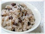 楽天が運営する楽天レシピ。ユーザーさんが投稿した「お祝いごとに ふっくらもっちり炊飯器でお赤飯」のレシピページです。お祝いの行事が多いときは、てっとり早く炊飯器でお赤飯を炊いて、おもてなしをします。。赤飯。小豆,もち米,白米,塩,ごま塩(塩+黒煎り胡麻)
