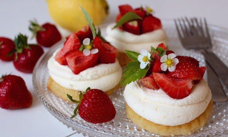 Söta bakelser som passar bra till midsommarbuffén - mazarinbotten, vit chokladmousse med smak av citron,och jordgubbar. Dekorera gärna med jordgubbsblommor