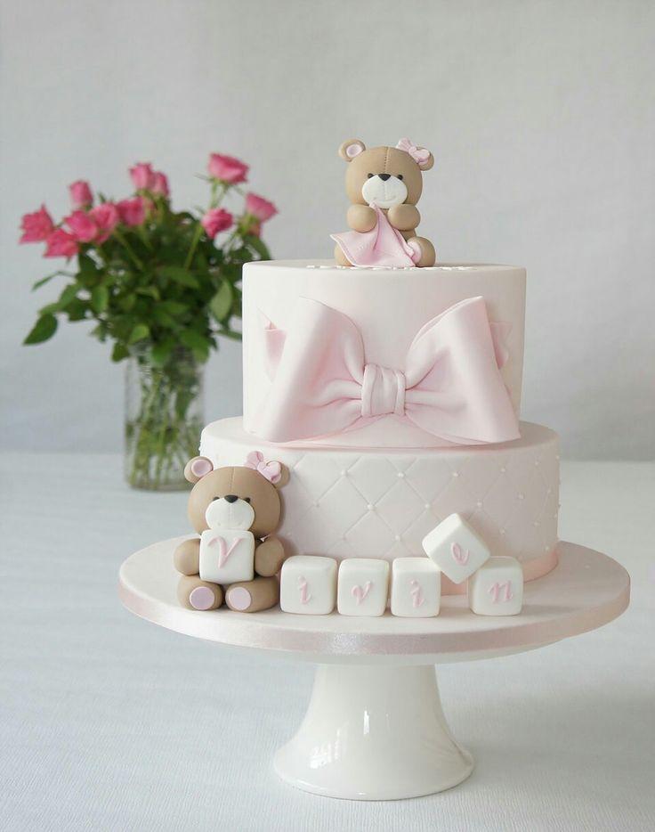 Barnedåb lyserød dåbskage med søde bamser, kæmpe sløjfe og navnet på klodser. Læs mere om vores kager på www.bakemydaydk.com