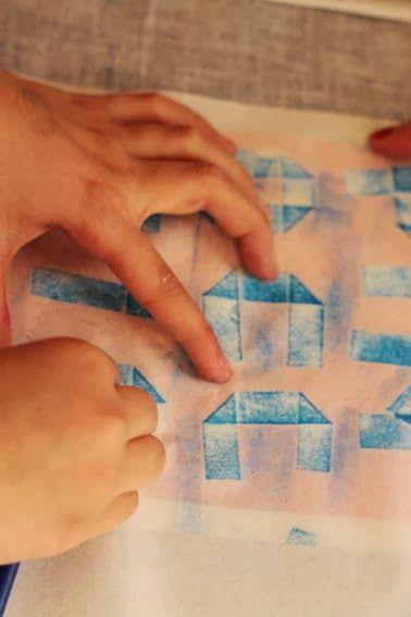 Atelier de Pinocchio chez Odile aujourd'hui. On a créé des pantins avec du carton. Ensuite les enfants  ont illustré la scène de la baleine en frottage sur diverses  matières et papiers découpés.