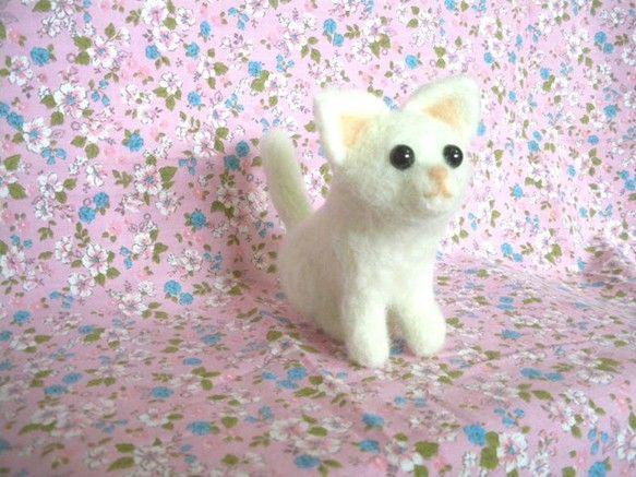 ご覧いただきありがとうございます。つぶらな黒い瞳が特徴の仔猫です。少し上を向いています。思わず守ってあげたくなるようなかよわい感じ。でも意外にしっかり者かもし...|ハンドメイド、手作り、手仕事品の通販・販売・購入ならCreema。