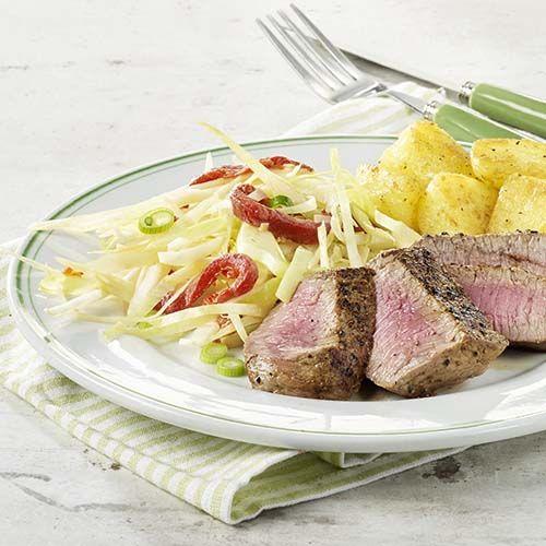 Steak met koolslaatje en gebakken aardappelen