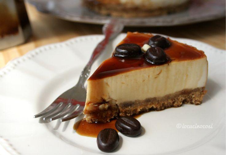 La cheesecake al Baileys e caffè è un dolce fresco senza cottura, con crema al whisky, caffè e decorazioni al cioccolato.