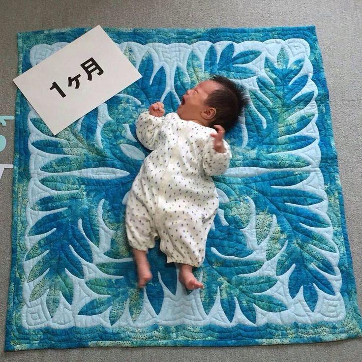 ベビーキルトの着画 と言ってもいいのかしら 乗っけてますね 可愛い赤ちゃん 御機嫌斜め 笑 男の子ちゃんです ブルーのウルがぴったり 生徒さんがお友達にプレゼントされました ハワイアンキルト ベビーキルト
