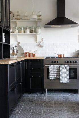 Skandinavische Wohnküche mit Kupferdetails von Mona24