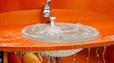 Lorsque que l'évier est engorgé, c'est la galère qui commence. Voici une astuce économique pour le déboucher naturellement. À force de lui faire avaler des résidus d'aliments en tous gen
