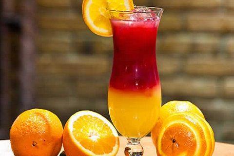 Ingredientes: 1 dose de vodka 2 colheres (sopa) de licor de pêssego 2 colheres (sopa) de Chambord 4 colheres (sopa) de suco de laranja 1 colher (chá) de Grenadine Preparação: Coloque os ingrediente...