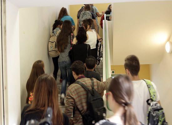 30-05-17 Ανακοίνωση του ΥΠΠΕΘ για την δικαστική απόφαση κατά μαθητών στο Ρέθυμνο   30-05-17 Ανακοίνωση του ΥΠΠΕΘ για την δικαστική απόφαση κατά μαθητών στο ΡέθυμνοΤο Υπουργείο Παιδείας Έρευνας και Θρησκευμάτων με αφορμή την καταδικαστική απόφαση σε κοινωνική εργασία τριών μαθητών του 1ου Γυμνασίου Ρεθύμνου που πήραν μέρος στις καταλήψεις του περασμένου Σεπτεμβρίου θεωρεί απαράδεκτη την αντιμετώπιση των μαθητών από την πλευρά του Διευθυντή του Σχολείου που προκάλεσε την εισαγγελική παρέμβαση…