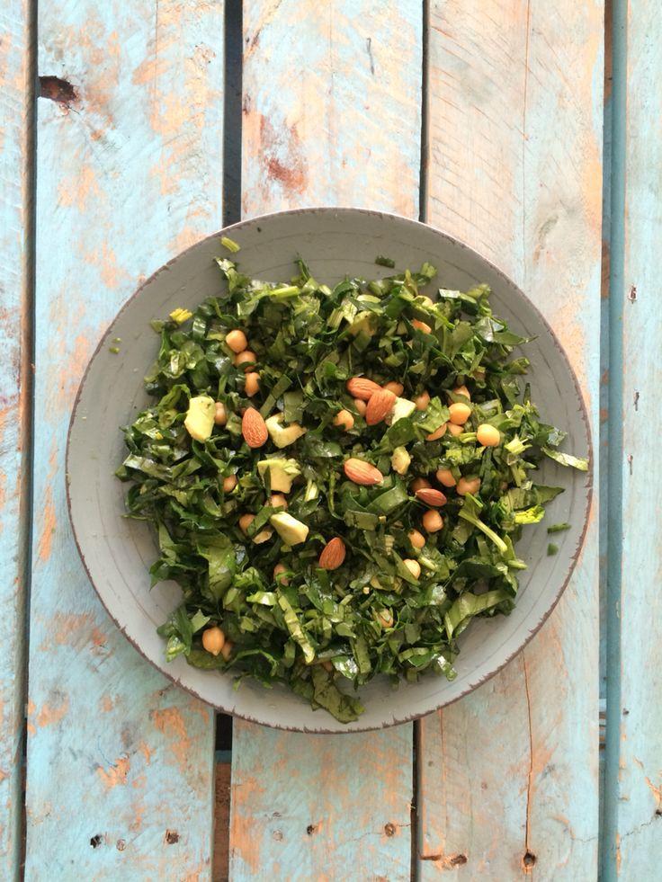 Ensalada de espinaca y garbanzos con palta, y almendras aderezado con aceite de sésamo y vinagre de manzana.