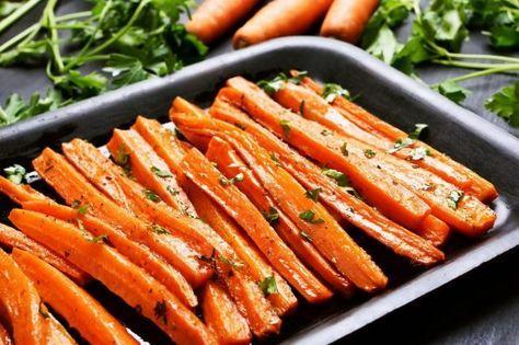 Le carote la forno sono un contorno leggero e delizioso, da insaporire con le erbe aromatiche che più ci piacciono. Una pietanza ideale per accompagnare secondi di carne, di pesce o piatti vegetariani. Ecco come prepararle in poco tempo!