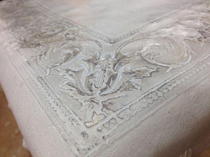 application peinture à l'ancienne sur chaise en cuir Henri II finition cire bronze ancien