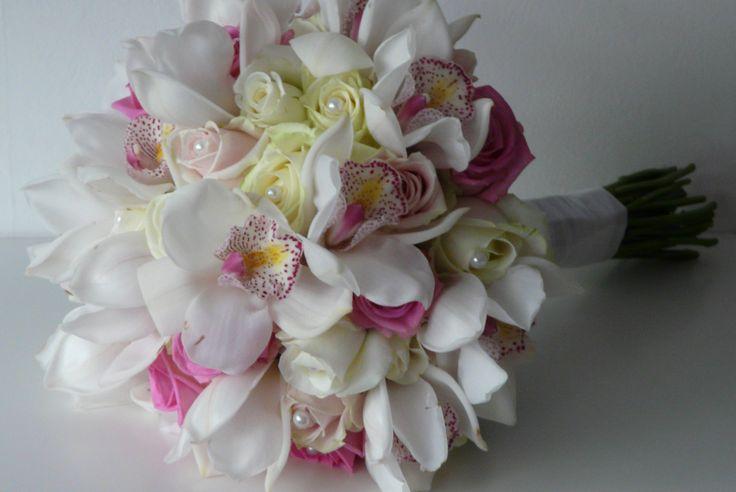 Handgebonden boeket met rozen en cymbidium