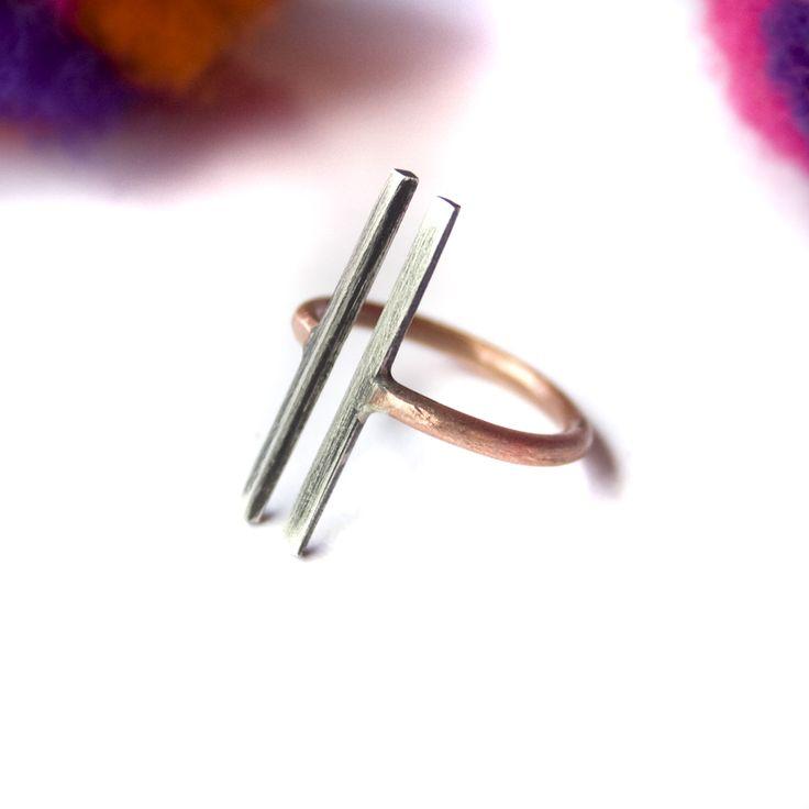 Este anillo, con acabado rústico, está confeccionado en plata y cobre. La banda está hecha en alambre de cobre redondo y las barras paralelas en alambre de plata cuadrado.Este anillo se hace a medida y, para eso, necesito que me envíes el tamaño deseado. Esta pieza se hace por pedido y, una vez hecha la compra, me pondré en contacto con vos para acordar la fecha del mismo.