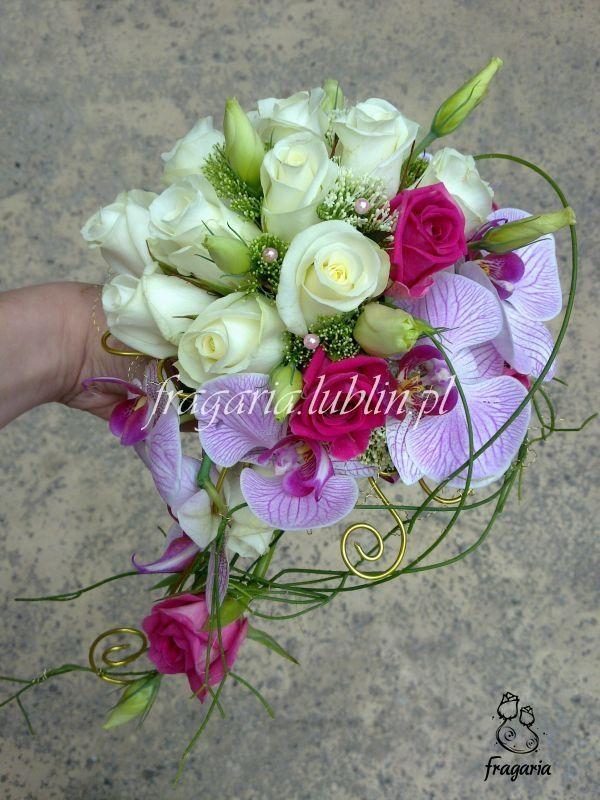 Urokzamieszczonego tubukietu wynika z połączenia róż aquazur i akito,oraz phalaenopsis'a. Jest on delikatnie wydłużony różą i pączkami eustomy, które dodatkowo udelikatniają cały bukiet. Te ziel...