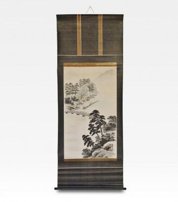 Bellissimo scroll cinese raffigurante un paesaggio montano. Questo particolare tipo di dipinto e' chiamato Li Zhou o rotolo verticale e si appende alla parete senza bisogno di cornice, la cui funzione e' gia' svolta dal pregiato broccato di seta verde e oro che, con i suoi colori, esalta la profondita' del disegno. I soggetti raffigurati classificano l'opera come Shan shui, che nell'arte pittorica cinese comprende tutti i dipinti di paesaggi con monti e acque.