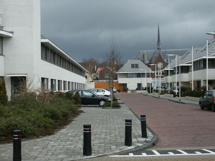 Woningbouw Viverlaan Noordwijk  Project van 34 twee-onder-een-kap woningen en eengezinswoningen aan de Viverlaan en de Boekerslootlaan in het centrum van Noordwijk. De woningen zijn strak gelijnd, maar ook voorzien van kenmerken uit de jaren dertig.