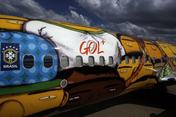 Dos graffiteros decoran el avión de Brasil para el Mundial